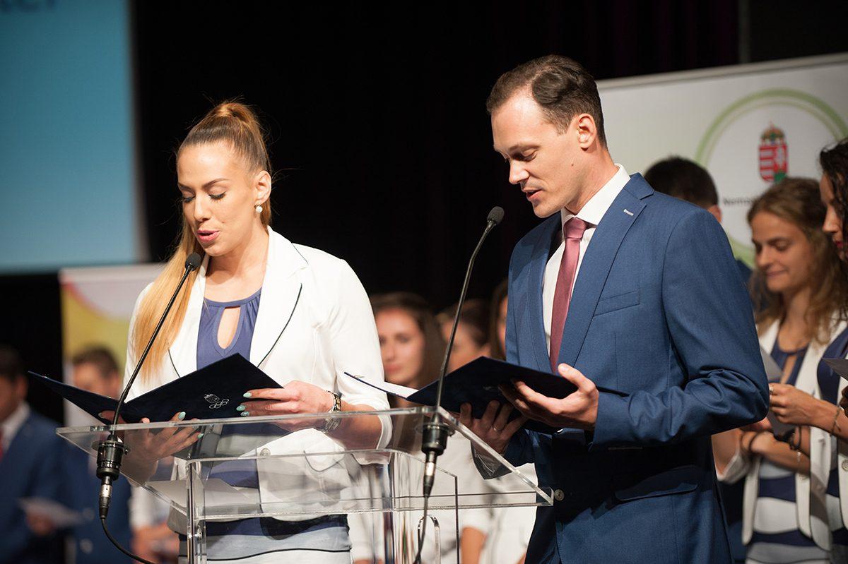 Hegyi Dóra, és László Csaba olvassák fel az eskü szövegét